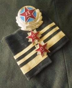 87陆军士兵中士肩章帽徽领花一套,价格包含帽徽一个,领花一副,中士套肩章一副。东西全新未使用,30多年的物件,难免有岁月带来的痕迹,为了避免不必要的争议,自定义五品以下,敬请谅解!
