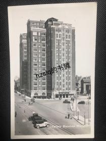 【照片珍藏】民国上海锦江饭店建筑大楼及周边景象,可见路口来往行人和有序停放的小汽车等。老照片影像清晰,建筑等细节可辨、颇为难得