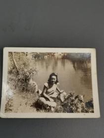 民国河畔旗袍美女