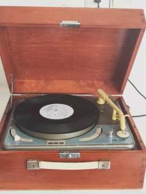 文革电唱机一台  品相好 正常使用
