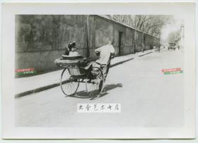 民国时期街道老照片,人力车拉着女子疾驰,女子回眸一瞬,可能拍摄于1945年的天津