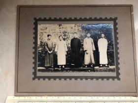 民国时期家庭庭院内合影带帖板,上海粤兴照相带贴板