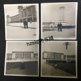 【系列照片】早期1961年劳动节青年男女于北京留影4张合售,分别为北京站+烈士纪念碑+人民大会堂。老照片影像清晰、内容丰富,颇为难得