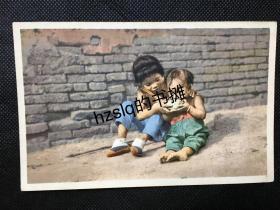 【影像资料】民国早期北京民俗风情明信片_ 裹足过的女童姐妹喂饭情景(小孩用饭)