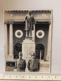 民国抗战时期原版老照片:南京中央陆军军官学校孙中山铜像前的2个日本鬼子