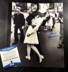 """""""亲吻的水兵"""" 水兵乔治·曼多萨签名""""世纪之吻""""照片(8×10英寸) 三大签名鉴定公司之一Beckett(BAS)鉴定"""