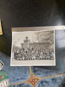 文革时期鞍山市新华印刷厂职工在中心广场设计院大楼前合影留念老照片 大尺寸