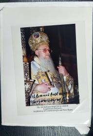 君士坦丁堡牧首巴尔多禄茂一世或巴萨罗缪一世Lu Mao I of bardo(1991年起-)亲笔签名照片25.20CM,君士坦丁堡牧首所辖教区位于君士坦丁堡(今伊斯坦布尔),被承认为东正教的普世牧首,是东正教会名义上地位最高的神职人员。他是正教会的精神领袖和主要发言人,但是并无任何凌驾于其他牧首或另外14个自主教会之上的权威。