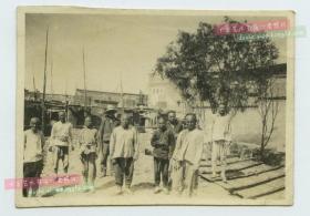 """民国早期河南开封一带的""""大会堂""""教会教堂和百姓建筑工匠老照片两张。泛银。"""