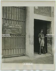 """民国1937年淞沪事变中日交战过程中,上海的外国军人自发组织在一起,成为""""上海志愿军"""" 守护外国租界老照片,照片中卫兵在他们的总部前站岗,这栋建筑被幽默的命名为""""Hard Luck Hotel(坏运气酒店)"""""""