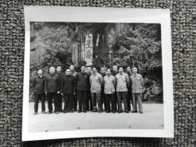 老照片:82年广东一帮老干在七星岩合影,9cm*10cm