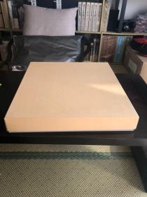 全新日向榧柾目3枚板桌上盘!厚度2寸(6.3cm)!长45.8cm、宽42.6cm!天面完美、八角尖尖、!太刀目盛线!日向榧较国产榧颜色更加金黄、榧香更浓、纹路更清晰!所见即所得!