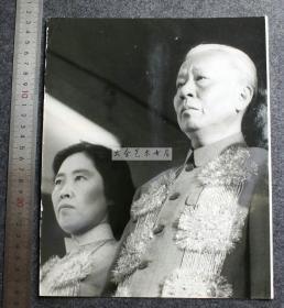 1966年刘少奇主席和夫人王光美外出国事访问老照片,这次访问可能是他和她的最后一次国事出访。25.5X20.5厘米