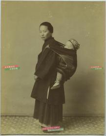 清代照相馆内拍摄上海背婴儿的妇人女子,人物表情传神,原底晒印,品相完好,较为少见。大幅蛋白照片