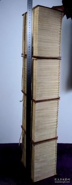 清乾隆三十八年悅道樓寫刻本【尚史】四夾板76冊大全套,是書通篇寫刻上版,首附《世系圖》,收《本紀》五卷,《世家》十二卷、《列傳》三十八卷、《年表》四卷、《志》十卷,末附《序傳》。較初印,筆劃舒展清晰,結字灑脫,開版精雅,字體瘦勁雅麗,字勢雍容,典型清三代精寫刻風貌。填補了很多史料的空白,有極高的歷史研究價值?!吨袊偶票究偰俊肥凡考o傳類著錄。