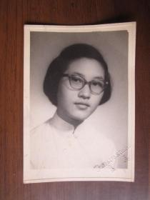民国或建国初期戴眼镜女学生照片(美华照相馆)
