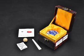 (乙7695)《画者印泥》原盒一件 画者堆朱印泥 全新未使用 专业配方 选料精良 手工制作 印泥:15g 陶瓷樱花印泥盒 带底款 印泥盒直径:5.8cm 高:2.6cm。