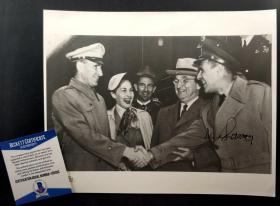 """""""朝鲜战争联合国军总司令"""" 李奇微 亲笔签名历史原版新闻照片(来源:杜鲁门图书馆,约8×10英寸) ,由三大签名鉴定公司之一Beckett(BAS)提供鉴定"""