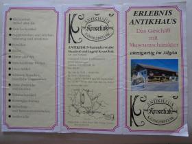 """体验古董屋 90年代 16开折页 德文版 古董屋位于德国拜恩州南部""""新天鹅宫""""城堡附近的施旺高地区,近400年历史的农舍里收藏了大量的瓷器,玻璃,图片,书籍,手表,娃娃,娃娃,玩具,礼物等,以及各种家具和罕见的私人资料。"""
