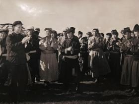 老照片  1961刘少奇同志视察内蒙古自治区 草原 时和牧民们在一起