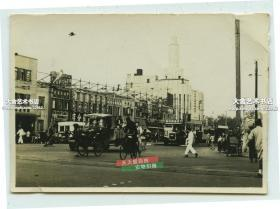 """民国上海街景老照片,中西大药房,明星花露香水,英雄牌绒线广告的9路无轨电车,中国银行,远处还有写有""""派拉蒙""""外文字样的大戏院,泛银"""