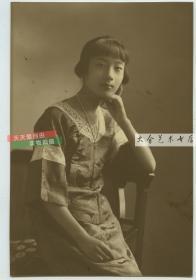 民国时期夏季短衫年轻女孩托腮坐姿肖像老照片,15.2X10.1