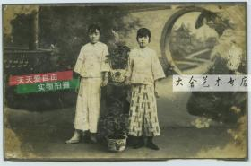 民国时期两少女照相馆园林布景前合影老照片