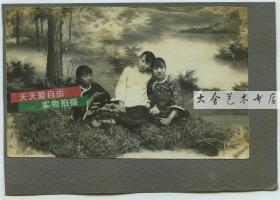 民国时期照相馆湖边林地背景三姐妹合影(正面),电话前的年轻女孩肖像(背面),反正面共计老照片两张