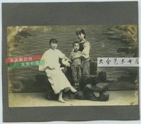 民国时期照相馆两女子一男孩合影老照片