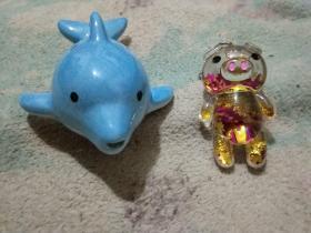 可爱玩具2个合售,天蓝色瓷铸海豚笛(11x7.5x6),瓷笛,陶笛,流光溢彩的小金猪塑料钥匙扣挂件(6.5x3.5x3),玩具