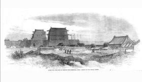 """西洋版画《北京城安定门》1861年。 登于1861年1月5日伦敦新闻画刊,下面为中英于1860年10月24日签的不平等""""北京条约""""由第五到第九款结尾的英文原文,其中第六即为割让香港九龙半岛条款。很有历史文献价值,少有的中国题材西洋版画。非常漂亮和大气。非现代印刷品。框尺寸:53.3x36.5cm.画芯尺寸:38.5x25cm"""
