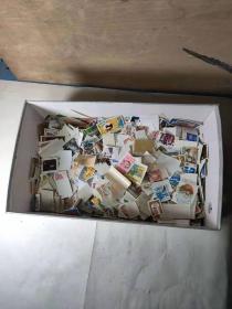 3000多张只多不少的老邮票,全部保老保真,全部完整无残,收藏价值高,展览意义大,少见少有难得的收藏佳品美品。全世界各国与中华民国时期的。