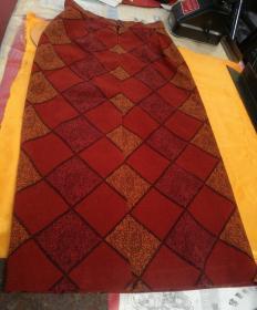 花格毛呢筒裙一件,品相如图。以图中实物物件为准。