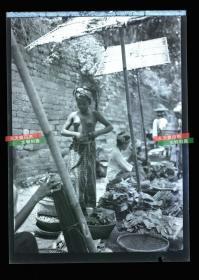 民国时期马来西亚婆罗洲沙捞越土著集市,伊班女人银盐照片底片一张,12.1X8,7厘米 A