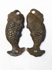 """旧时民仿民用老铜《鱼符》一对,一雌一雄。雄鱼微大于雌鱼,以尾部对齐后钻孔相对无误为凭信!而唐官方鱼符,以凹凸""""同""""字相合无误为凭信!"""