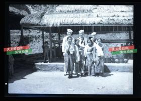 民国时期马来西亚婆罗洲沙捞越伊班女人和到访外国水兵合影银盐照片底片一张,12.1X8,5厘米 C