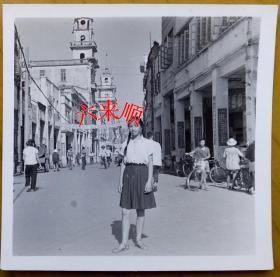 【文革老照片】广东中山县(今中山市)——美女康琪,骑楼街景,到处都是文革语录——毛主席万寿无疆!行人,主要交通工具自行车。1969年8月5日。