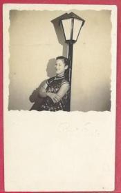 民国短袖旗袍美女斜靠路灯原版黑白照片一枚,风采照人极有韵味