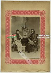清末民初时期照相馆拍摄时髦的小脚金莲女子,新旧朝更迭,具有明显时代印记的特色, 同时出现在特殊时期的同一张照片上, 发型也是当时最潮流的样式。照片尺寸14.5X10, 连卡纸整件尺寸为25X17.4厘米