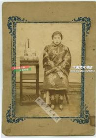 清代晚期正襟危坐的小脚三寸金莲女子肖像,光鲜艳丽的服饰,整齐刘海,从容淡定,照片尺寸12.4X8.7厘米, 连卡纸整件尺寸为17.6X12.3厘米