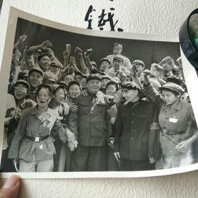 毛主席与林与红卫兵在一起黑白照片 背面有铅笔字迹