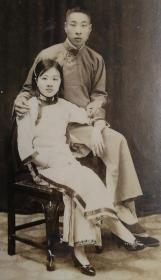 民国时期(1935年)《旗袍美女长袍男子夫妻合影照》精品大尺寸原版照片一枚