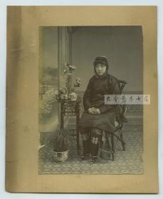 清代晚期照相馆拍摄时髦发型北方年轻女子,照片尺寸14.6X10.3厘米, 连卡纸整件尺寸为18.5X15厘米