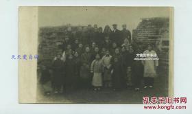 民国时期湖南长沙城墙上教会的神父修女和当地教民合影老照片,13.8X8.8厘米