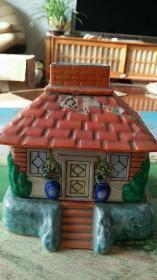 满洲国瓷器【一个小房子 】(房顶有一个裂纹)