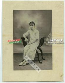 民国时期南方面容清秀的女子,照相馆肖像老照片,照片12.3X8.2厘米,粘贴在一张17X13厘米的纸上。女子项链耳环皆为手工精细上色。