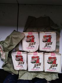 少见,。四川卷烟厂无过滤嘴,并蒂莲香烟实物五盒,带原包装纸。我把其中一盒拆开了,让大家看得清楚些