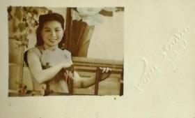 1933年玲珑照相出品《手扶木架的旗袍美女》原版手工上色照片一枚
