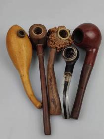 库存烟斗五件,形态各异,多种材质,含:红木丶核桃丶硬塑丶葫芦等材质所做,品相尺寸如图!