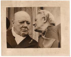 丘吉尔及夫人晚年老照片 新闻照片